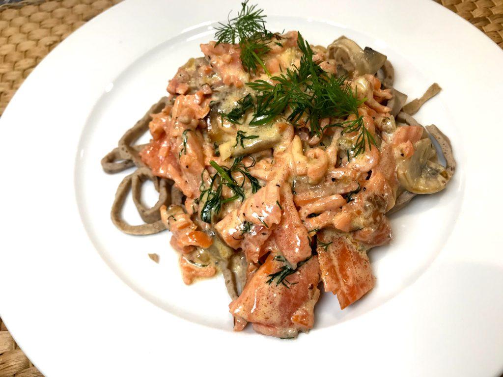 Spagetti og røkelaks i kremet soppsaus
