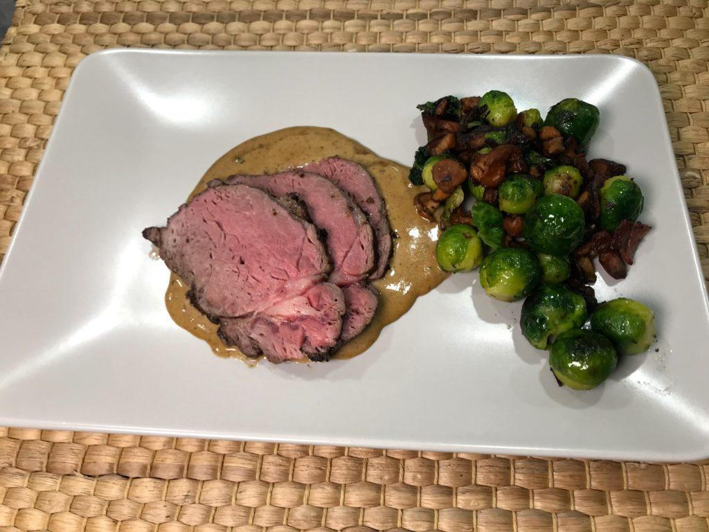 Helstekt entrecote av elg med fløtesaus og rosenkål/bacon