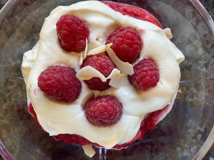 Bringebær keto dessert med keto granola