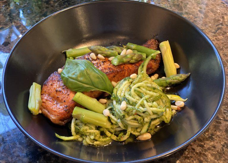 Keto squashspagetti med pesto og laks